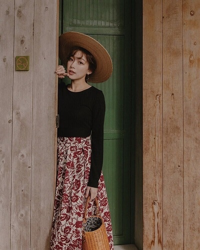 Áo thun tay dài + Chân váy hoa