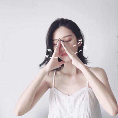 Bước 5: Duỗi thẳng bàn tay và đưa nó từ hai bên mũi sang dái tai.