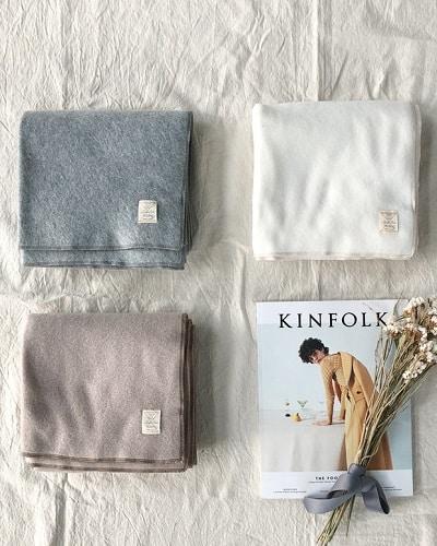 Kiểu khăn choàng cổ chất dạ mềm mịn tạo cảm giác thoải mái khi đeo