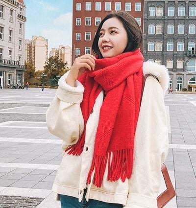 Có nhiều kiểu đan len và thiết kế; bạn có thể chọn những màu nổi bật để tôn da mình lên