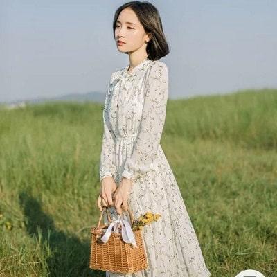 Các mẫu trang phục phủ hoạ tiết hoa nhí sẽ giúp các nàng có được vẻ ngoài đầy nữ tính, thanh lịch.