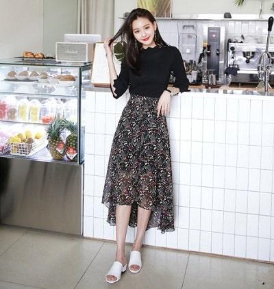Các nàng nghĩ sao về việc phối chân váy hoa với áo thun trơn màu cơ bản như trắng, đen?