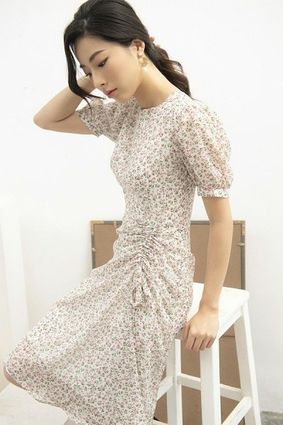 Váy liền hoa nhí mang những gam màu nhã nhặn như trắng, be là lựa chọn hoàn hảo cho những nàng ưa thích phong cách dịu dàng.