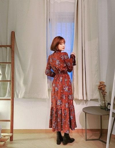 Các trang phục với hoạ tiết hoa to bản cần được lựa chọn cẩn thận nhằm tránh tình trạng mặc đồ loè loẹt, sến sẩm.