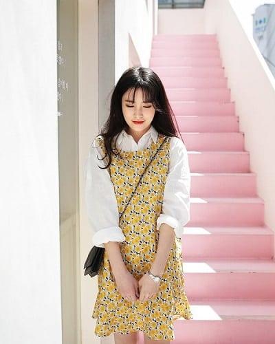 Phối trang phục phủ hoạ tiết hoa lá với những món trơn màu, mang gam trung tính là cách đơn giản nhất giúp các nàng có được một tổng thể set đồ đẹp hoàn chỉnh.