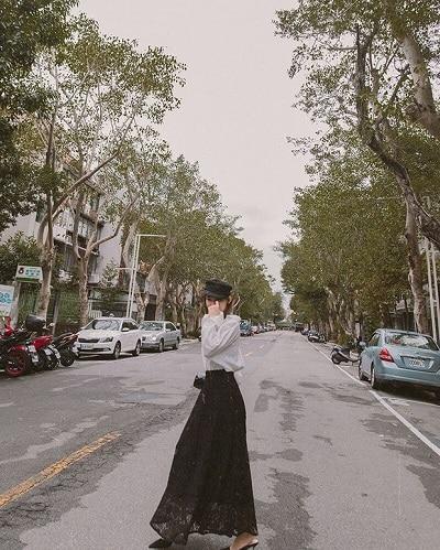 Chân váy dài hoạ tiết ren tông màu đen