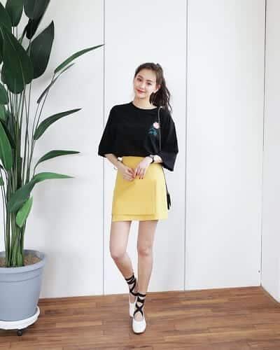 Trang phục công sở năng động và hiện đại với kiểu chân váy kết hợp cùng áo thun