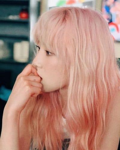 """Không chỉ Taeyeon mà nhiều mỹ nhân, mỹ nam khác cũng chọn màu tóc hồng để khẳng định nhan sắc """"không thể đùa"""" của họ."""