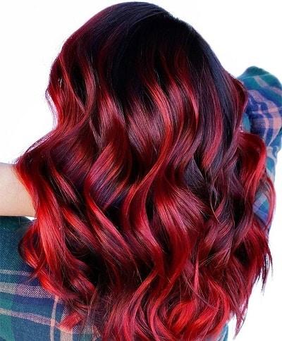 Những gợn highlight đỏ có thể sẽ bị phai màu vì vậy bạn hãy lưu ý dùng dầu gội đầu không chứa sulfate nếu muốn giữ màu tóc đỏ lâu phai