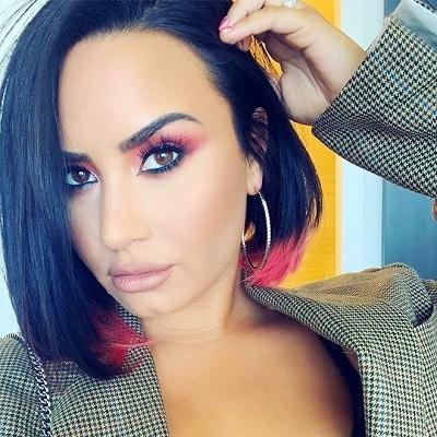 Bạn có thể nhuộm một màu tóc bất kỳ hoặc giữ nguyên màu tóc truyền thống và chỉ nhuộm thêm một chút đuôi tóc cho phù hợp hot trend từ nữ ca sĩ Demi Lovato