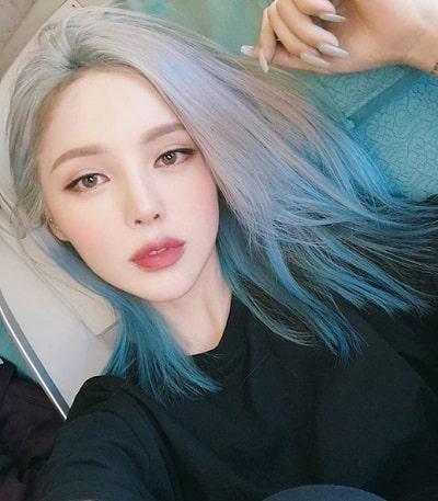 Một mái tóc màu xanh cổ điển chắc chắn sẽ giúp bạn sở hữu một ngoại hình cá tính pha lẫn ma mị