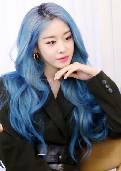 Jiyeon cá tính trong màu tóc xanh hot trend tóc đẹp năm 2020