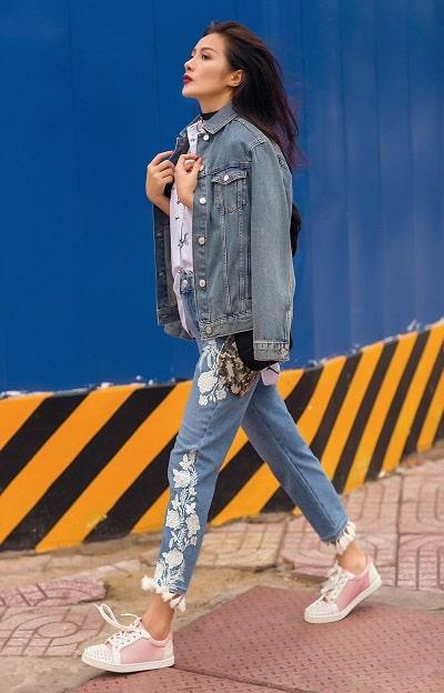 Cách phối đồ với giày sneaker nữ với áo khoác denim
