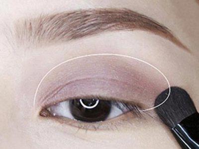 Bước 7: Đánh mắt. Dùng một màu mắt trung tính để đánh toàn bộ bầu mắt