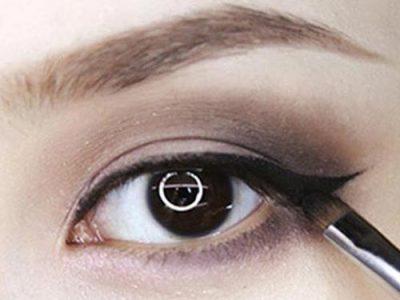 Bước 8: Dùng bút kẻ eyeliner thật cong và mềm mại