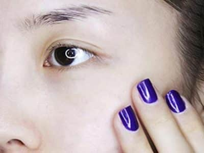 Bước 1: Sau khi rửa mặt sạch, thoa chút kem lót để giữ ẩm cho khuôn mặt. Nếu bạn phải ra ngoài, hãy thoa kem chống nắng đầu tiên trước khi thoa kem lót
