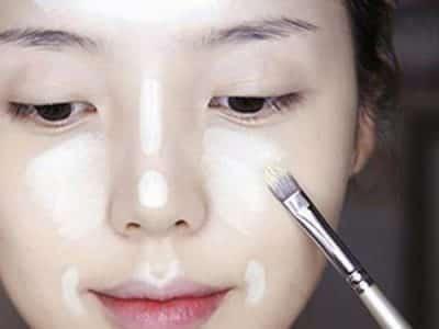 Bước 3: Dùng kem hightlight để áp dụng lên những phần như gò má, sống mũi, nhân trung, trán và cằm để tạo khối cho mặt