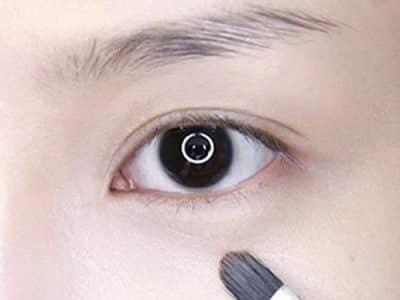 Bước 4: Kem che khuyết điểm sử dụng vào những chỗ có quầng thâm mắt, khoé miệng, hai bên mũi,...