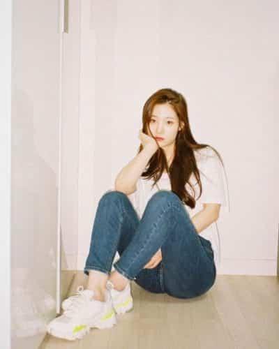 Chaeyeon lại tập trung khoe dáng trong combo áo phông, jeans cùng với giày thể thao.