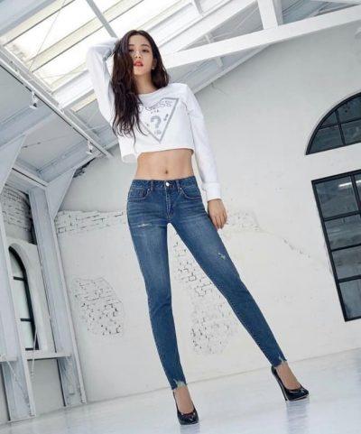 Người đẹp khoe vòng eo cực nhỏ, săn chắc và khỏe khoắn cho combo áo croptop + jeans.