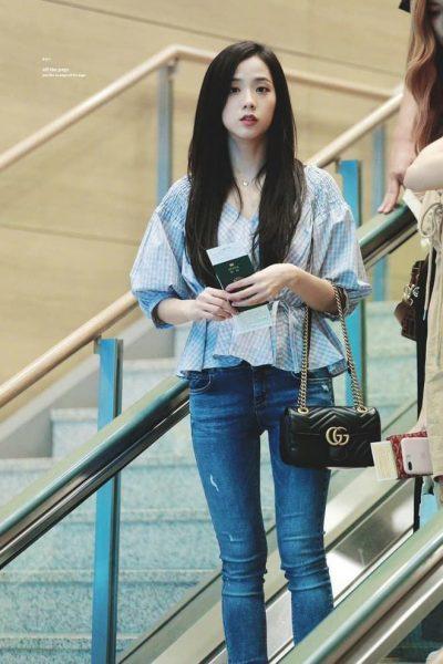 Jisoo trong các thiết kế quần jeans đều đơn giản nhưng vẫn thần thái.
