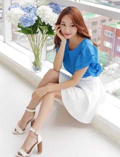 Áo sơ mi cánh tiên xanh đậm kén màu da những rất sang trọng nếu diện cùng chiếc váy xoè trắng