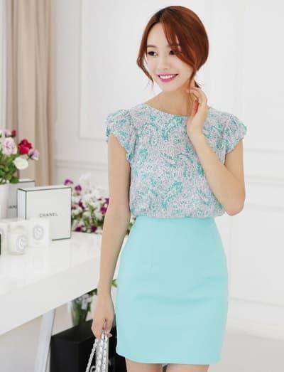 Sơ mi hoa nhí màu xanh mát mẻ phối cùng chân váy cùng tông màu đậm hơn sẽ tạo ra sự lôi cuốn