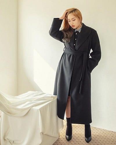 Áo khoác dài có đai thắt eo sẽ giúp các cô gái tôn dáng triệt để