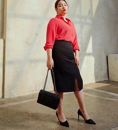 Các nàng sẽ trông thật nổi bật với áo sơ mi đỏ và chân váy midi màu đen