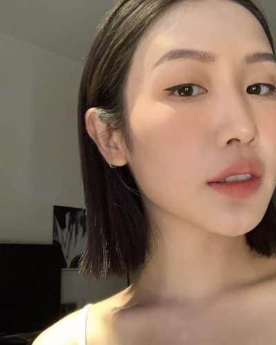 Tóc ngắn thẳng được vén sau tai sẽ giúp bạn trông dễ thương và nữ tính hơn.