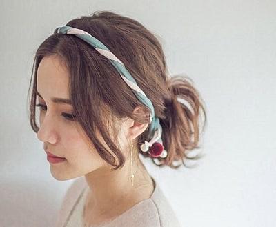 Cột nhẹ tóc ra sau và cài băng đô sẽ khiến kiểu tóc đơn giản trông bắt mắt hơn