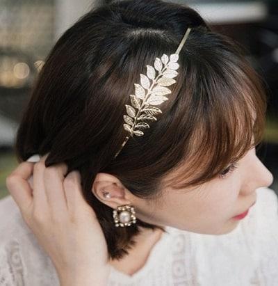 ếu muốn sở hữu vẻ ngoài vừa đáng yêu vừa sang trọng, hãy áp dụng kiểu tóc cài băng đô kim loại họa tiết hoa lá hay hạt đá thế này