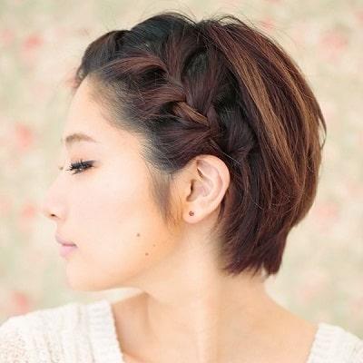 Tóc tết như một detail trên tóc để tạo sự sáng tạo và mới mẻ cho những kiểu tóc đơn giản như thế này