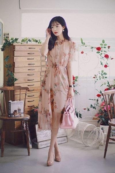 Váy liền họa tiết hoa sẽ đẹp nhất khi được may trên nền vải mỏng, nhẹ. Kiểu váy này dễ mặc và tôn dáng cực kì hiệu quả, giúp bạn có được vẻ ngoài xinh đẹp nhất