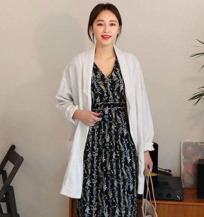Với các chị em bánh bèo, áo blazer cũng có thể chiều lòng bạn bởi item này rất hợp với váy dài thướt tha