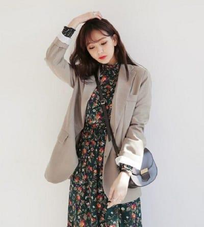 Không chỉ hợp với chân váy dài họa tiết hoa nhí thướt tha, áo blazer còn rất hợp cạ với những kiểu váy liền màu sắc tương phản nhé