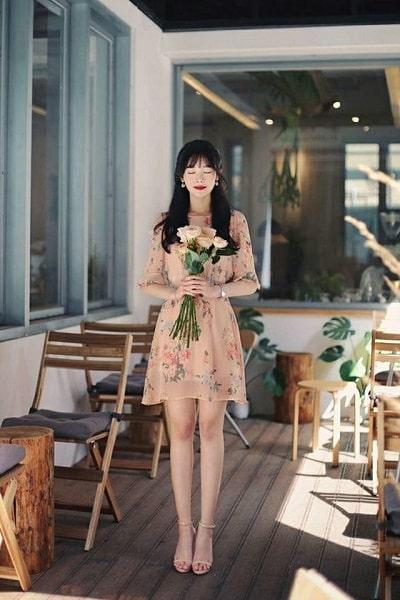 Váy hoa rất dễ tính, bạn có thể kết hợp với mọi kiểu giày, dép. Nhưng đẹp và thanh lịch nhất vẫn là giày cao gót quai mảnh, tone màu nude hoặc trung tính nhã nhặn