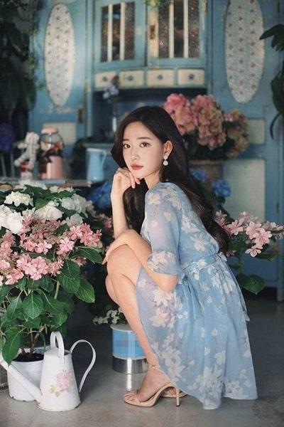 Màu sắc của những chiếc váy hoa đa phần sẽ là màu pastel dịu nhẹ cộng với họa tiết nền nã