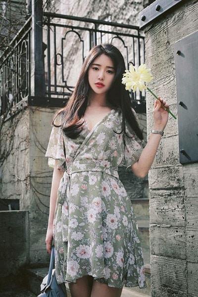 Váy hoa được biến tấu với đủ những cách điệu mới lạ, sáng tạo nhằm đem đến cho bạn vẻ ngoài hoàn hảo nhất