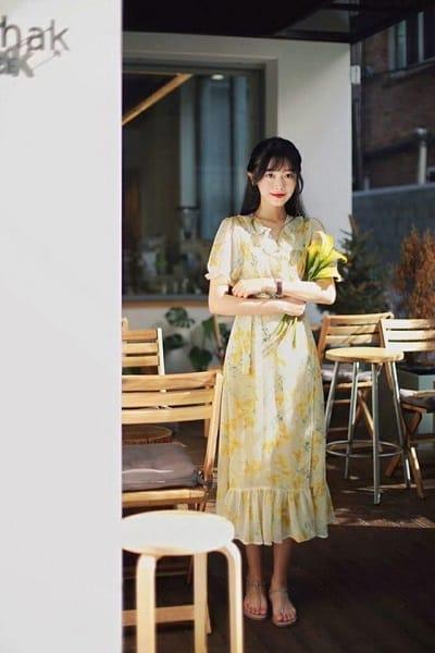 Váy hoa dáng dài, giày sandal đế bệt cùng đồng hồ gam màu cổ điển có làm bạn xao xuyến?
