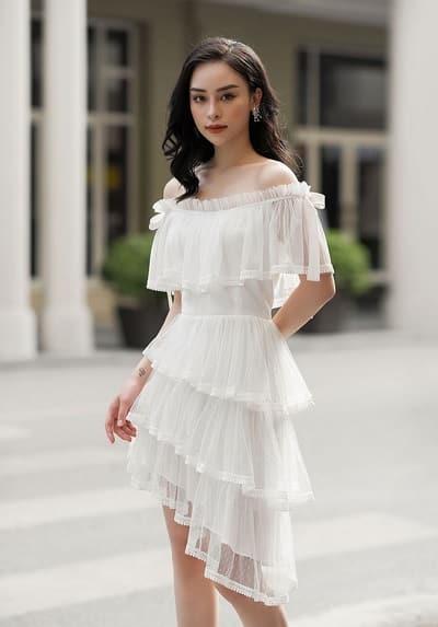 Đầm trễ vai, xếp tầng từ vải voan trắng vừa nữ tính vừa quyến rũ, lại mang một chút điệu đà