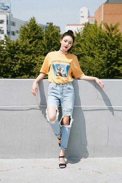 Quần jean rách bụi bặm, áo phông sáng màu cũng là gợi ý tuyệt vời để bạn thay mới hình ảnh