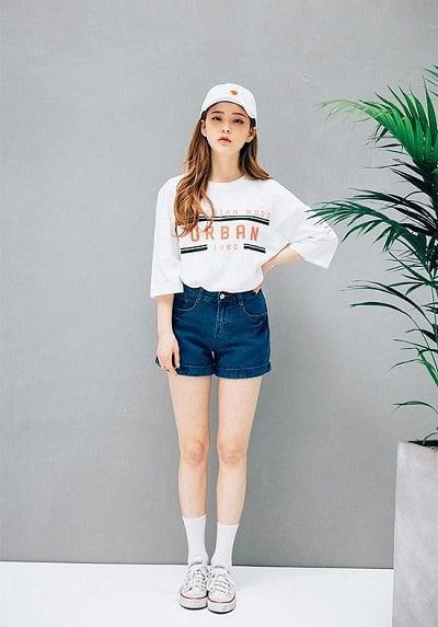 Quần jean short, áo thun, giày thể thao giúp khoe khéo đôi chân dài thon thả
