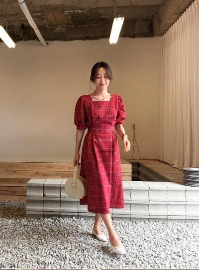 Đầm sọc caro đỏ, tay phồng, cổ vuông mang nét đẹp cổ điển phương Tây