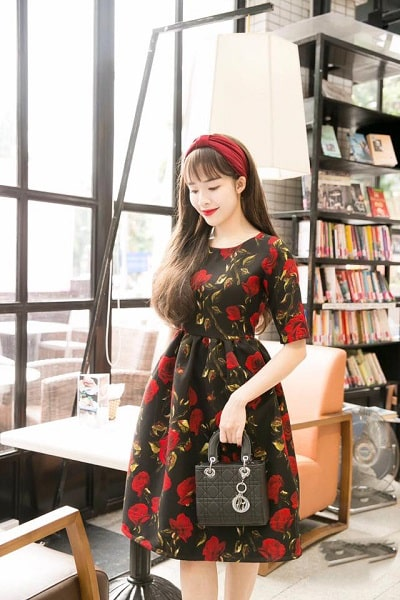 Đầm xòe học tiết hoa hồng cực kỳ phù hợp cho ngày 8/3. Kết hợp với chiếc băng đô đỏ cực kỳ vintage