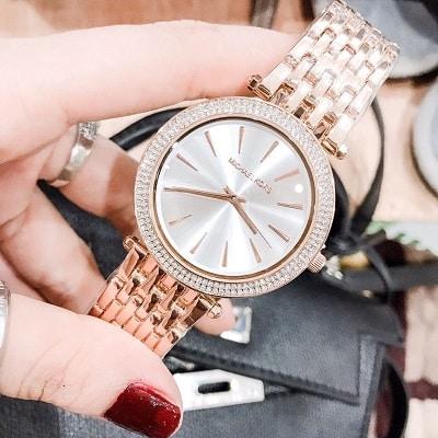 Đồng hồ nữ Michael Kors với kiểu dáng đơn giản phù hợp với chị em văn phòng