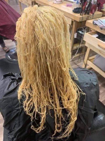 Khi tẩy tóc, quá trình này sẽ khiến mất độ ẩm của tóc và khiến tóc khô hơn, dễ bị gãy. Điều này ảnh hưởng trực tiếp tới mong muốn tóc dài nhanh chóng của bạn.