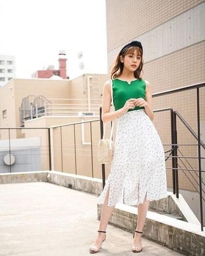 Giày dây cao gót diện cùng tông màu với chân váy midi trắng hoạ tiết