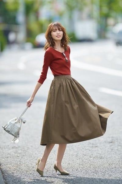 Chân váy kaki dáng dài thật xinh xắn khi bỏ áo vào váy