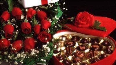 Những món quà hoa hồng + thiệp + chocolate được sử dụng phổ biến trong ngày Valentine